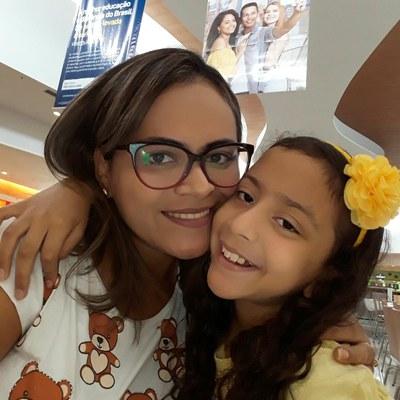 Professora Joelma e sua pequena Clara: maternidade, trabalho e muitos desafios.