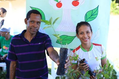 O docente Iraci Fidelis levou uma exposição de plantas medicinais para a feira