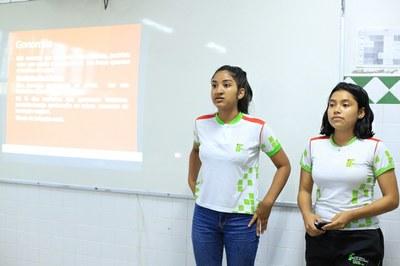 Bolsistas do projeto Fala Sério, as alunas Klycia e Biatriz