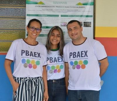 Aluna Izabella Félix com os professores Luciana Barros e Rafael Barros