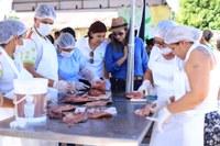 IF COMUNIDADE – Estudantes do curso de Aquicultura ensinam feirantes do Amajari a filetar peixe